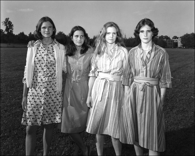 4 sisters photographed in the same position - 1976