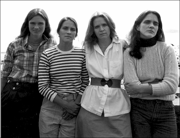 4 sisters photographed in the same position - 1979