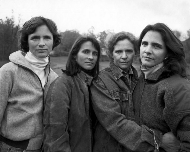 4 sisters photographed in the same position - 1982