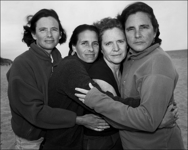 4 sisters photographed in the same position - 2000