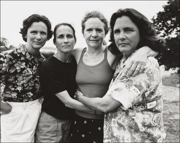 4 sisters photographed in the same position - 2002